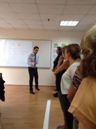 Dinçer in action, doing a workshop